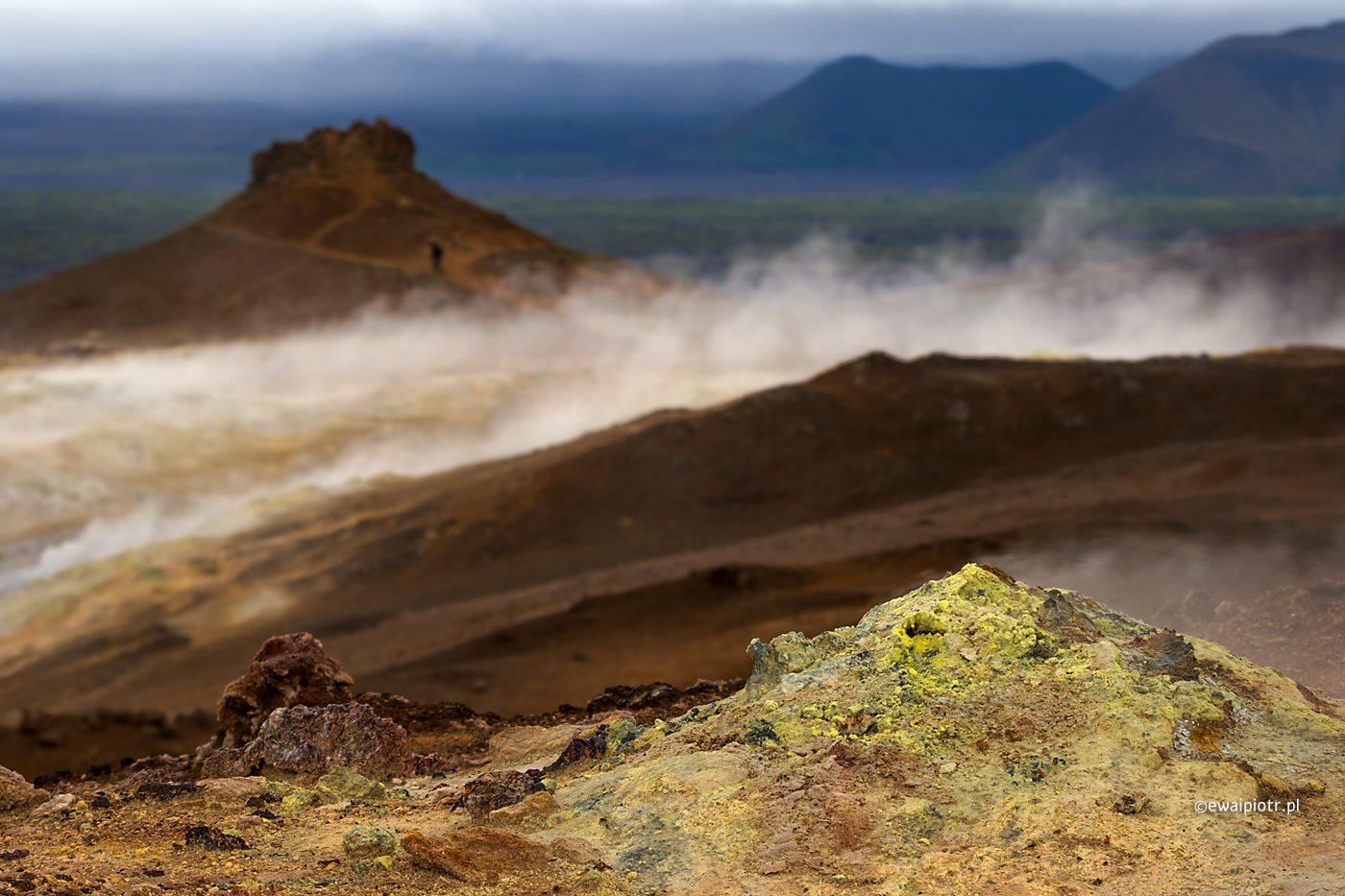 Siarka na polu geotermalnym Namafjall, Islandia