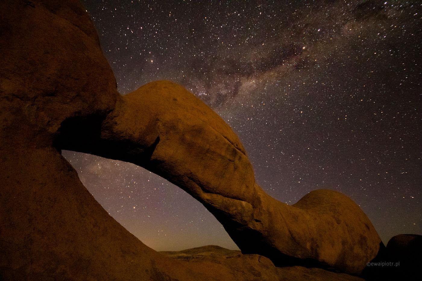 Łuk skalny pod Spitzkoppe, Namibia