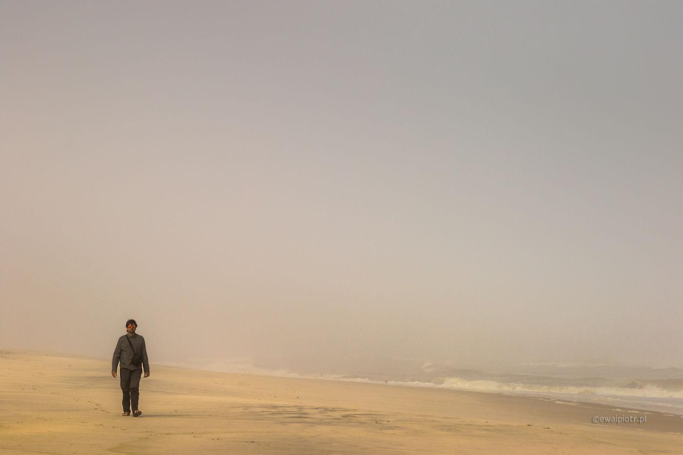 Człowiek we mgle, Namibia, pustka, przestrzeń negatywna, plaża