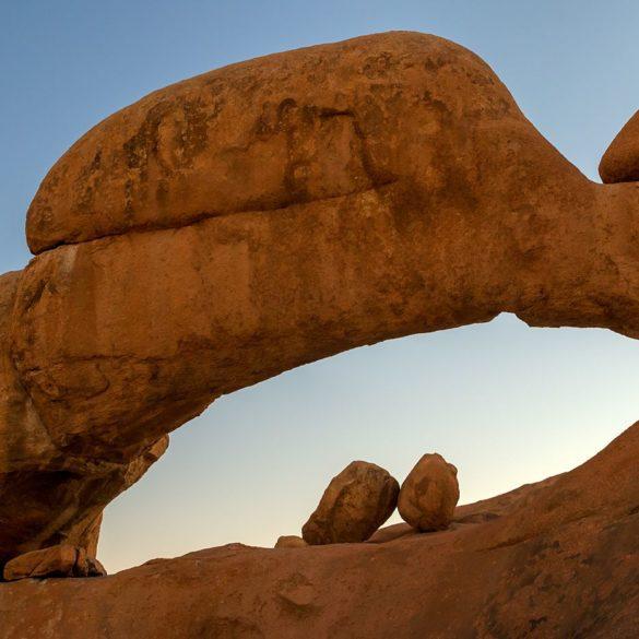 Skalny łuk niedaleko Spitzkoppe, Namibia