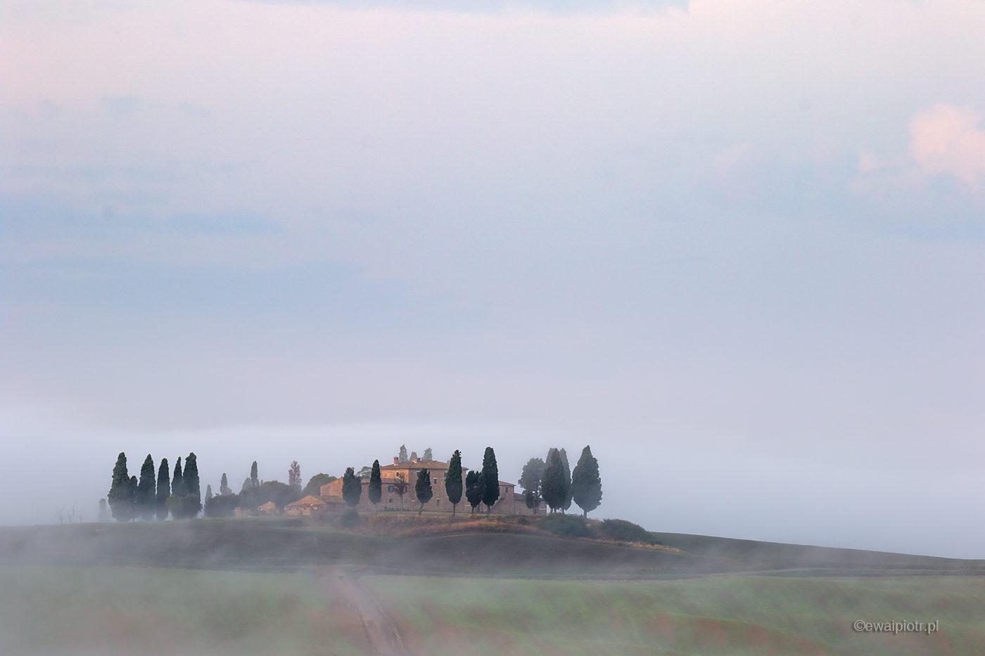 Mgły Toskanii, fotowyprawa Toskania, mgła, willa na wzgórzu