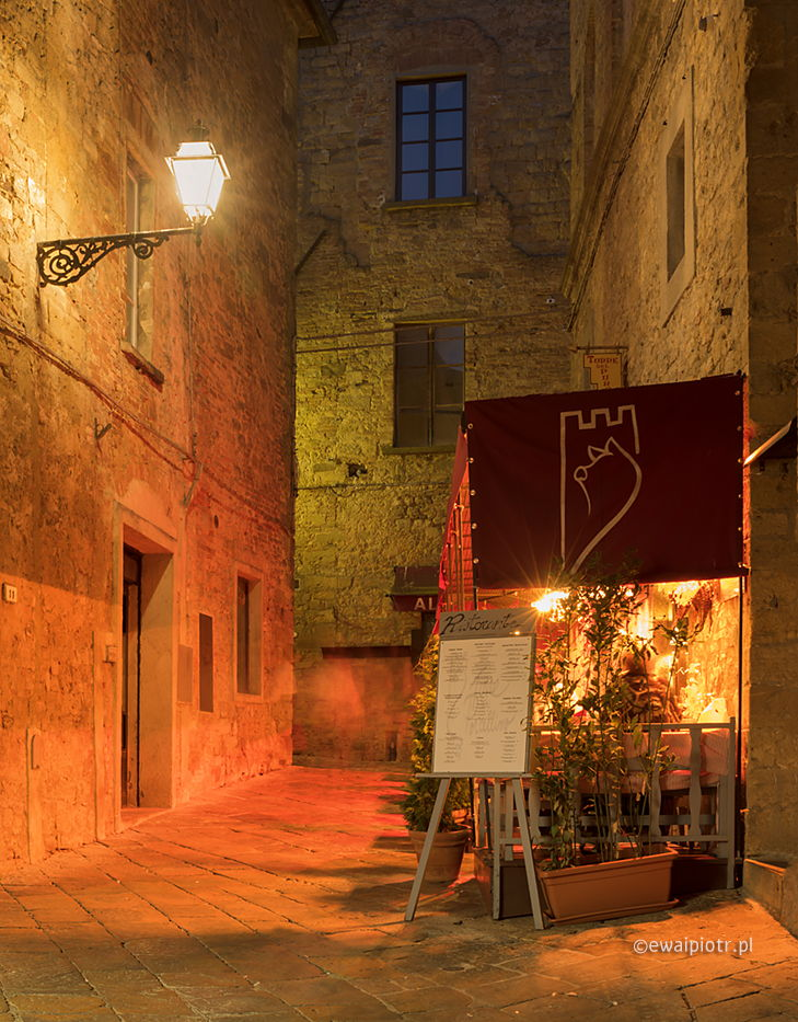 Volterra po zmroku, Toskania, miasto wieczorem, fotografowanie