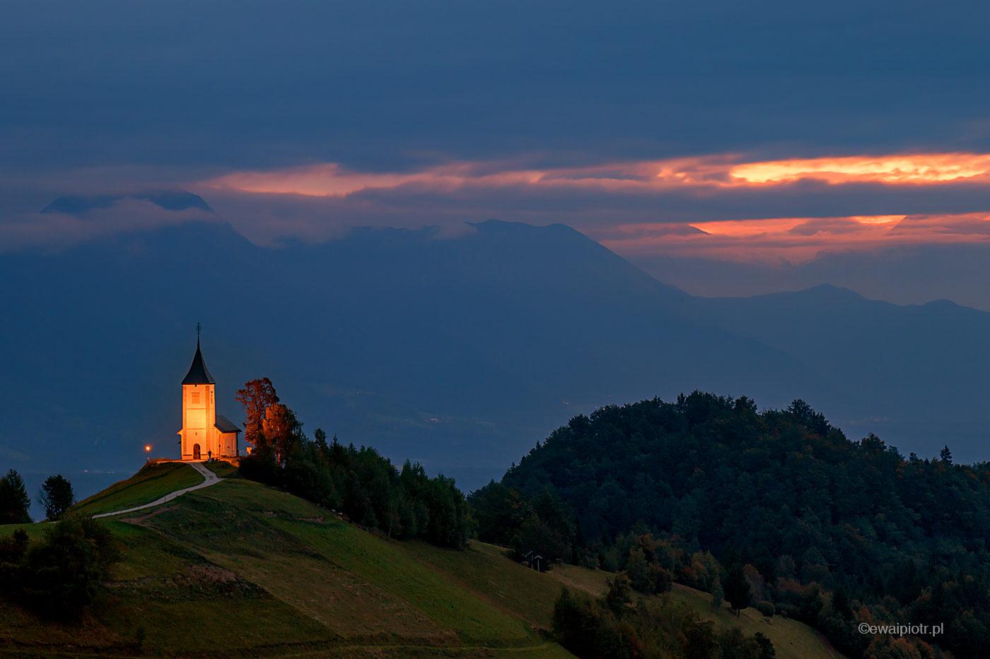 Kościół w Jamniku o wschodzie, Słowenia, fotowyprawa