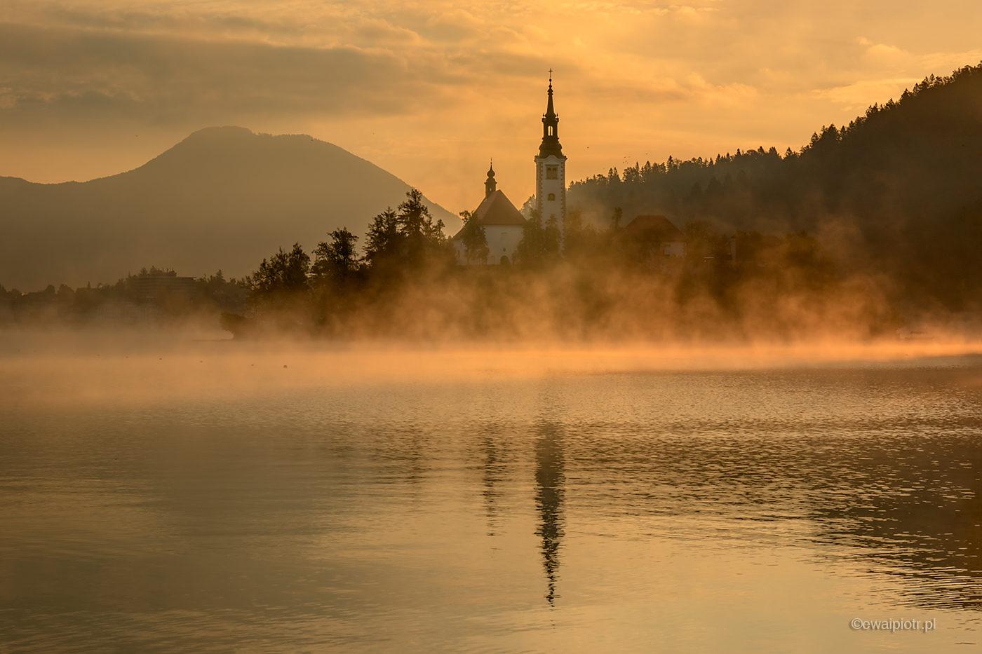 Kościół na jeziorze Bled, Słowenia, mgła, fotowyprawa