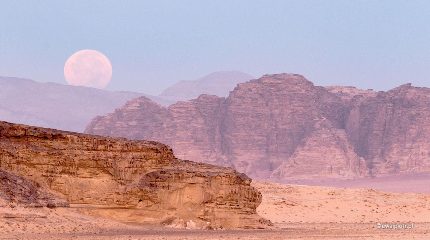 Zachód Księżyca na Wadi Rum, Jordania, fotowyprawa