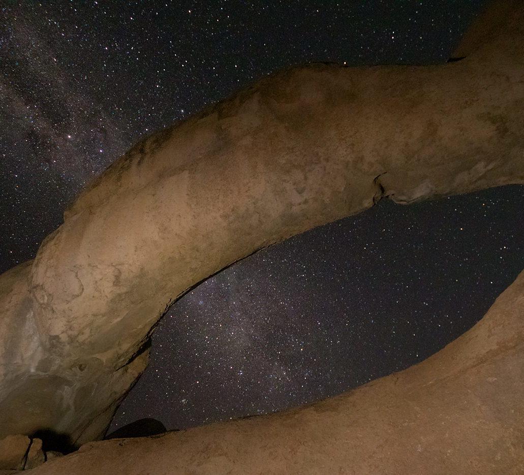 Malowanie światłem skalnego łuku, Namibia, Spitzkoppe, gwiazdy, nocne niebo