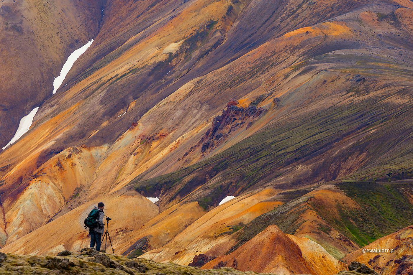 Fotograf wśród wzgórz Landmannalaugar, Islandia fotowyprawa