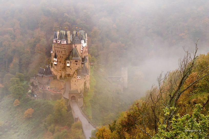 Zamek Eltz w jesiennej mgle