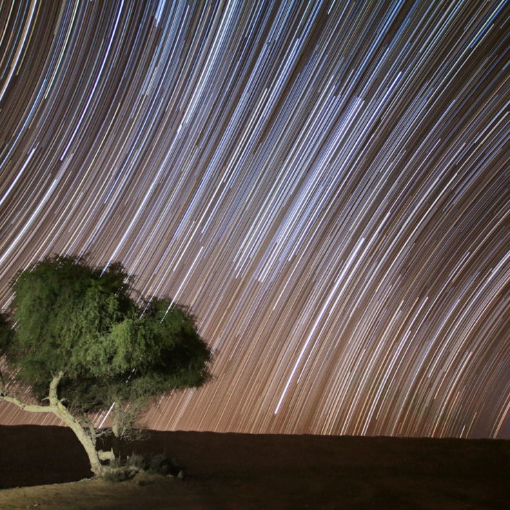Gwiazdy nad pustynią w Omanie, malowanie światłem, gwiezdne smugi, startrails