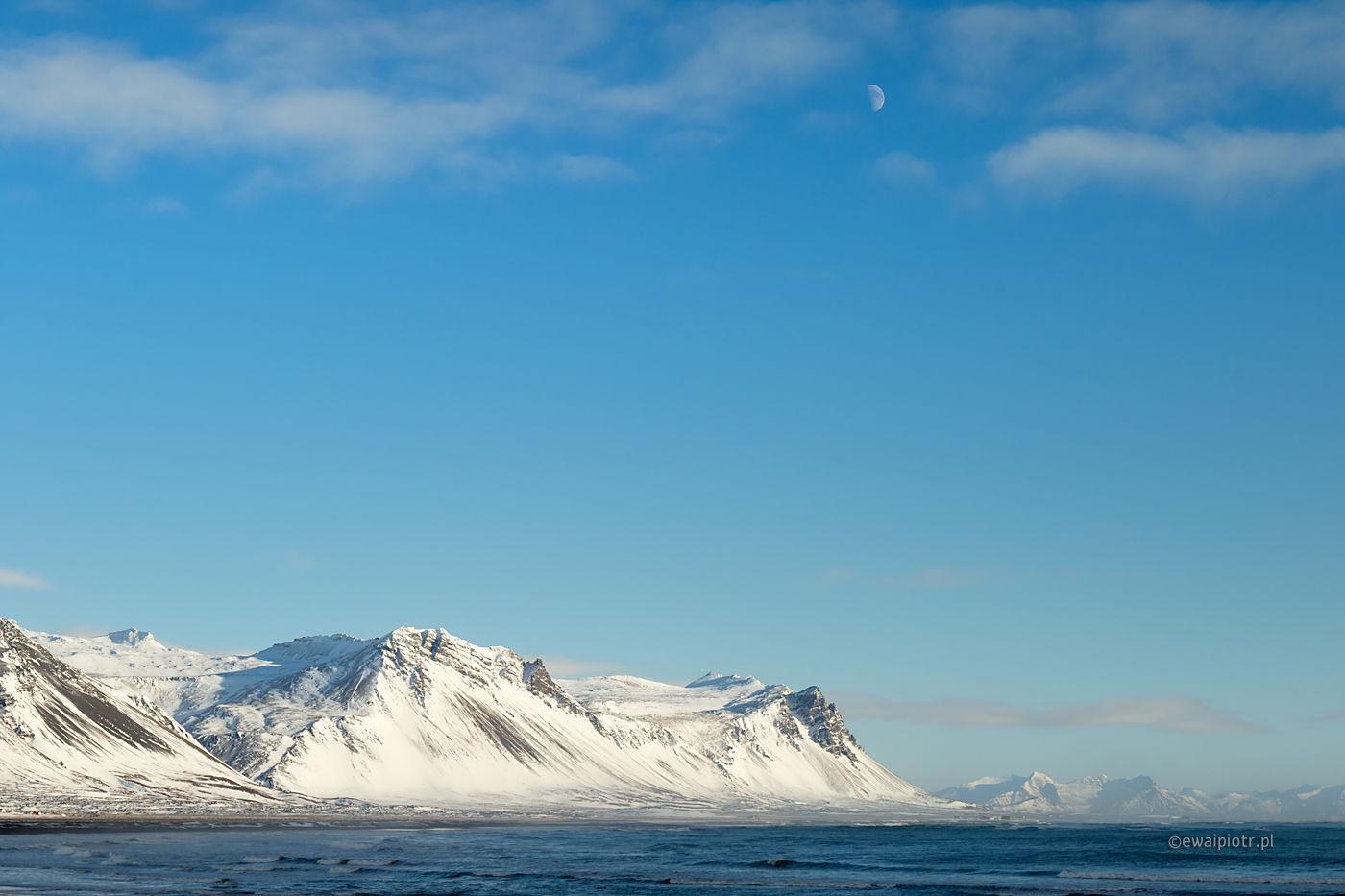 Zimowe wybrzeże i księżyc, Islandia, krajobraz, wyprawa foto