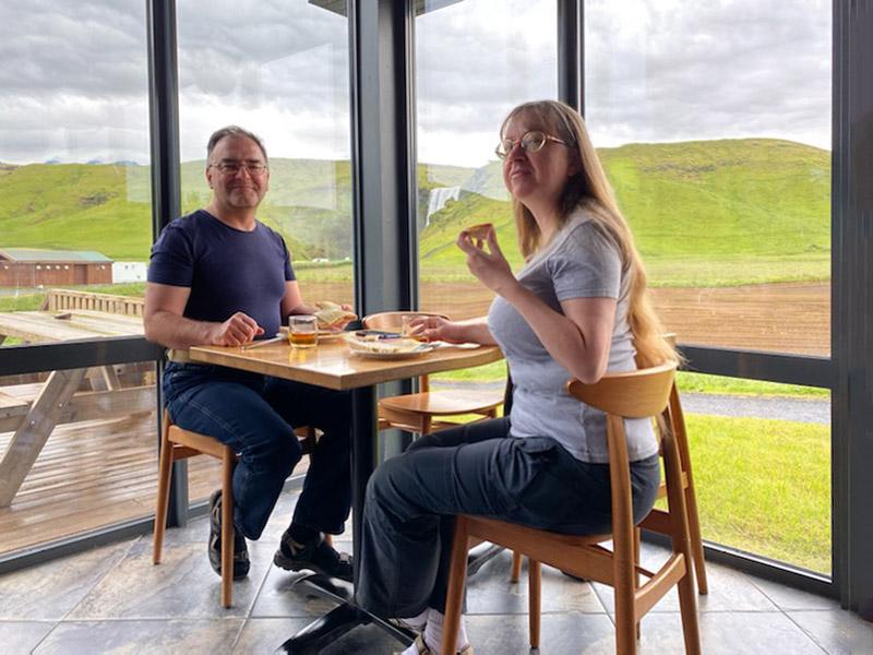 Śniadanie pod wodospadem Skogafoss, Islandia