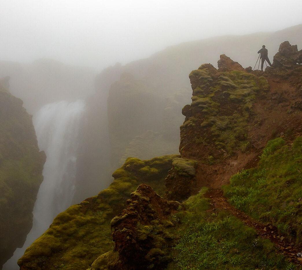 Człowiek nad wodospadem Skalabrekkufoss, Islandia