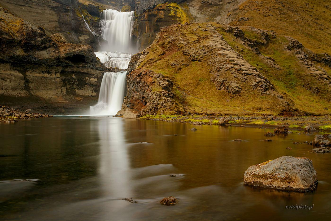 Ofaerufoss, odbicie i kamień, Islandia, fotowyprawa