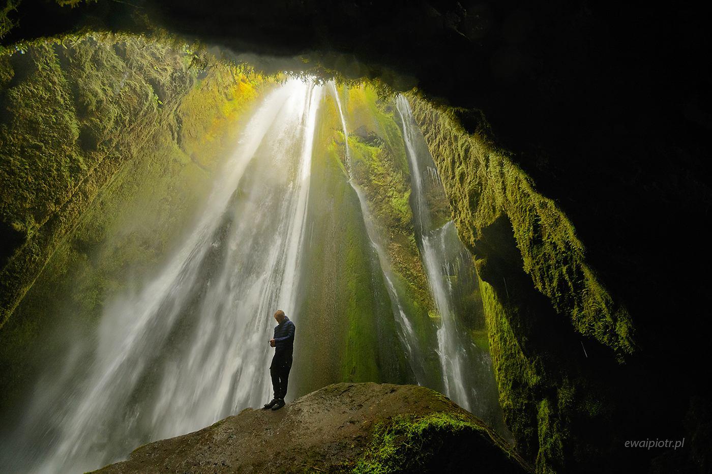 Stojąc pod wodospadem Gljufrabui, Islandia