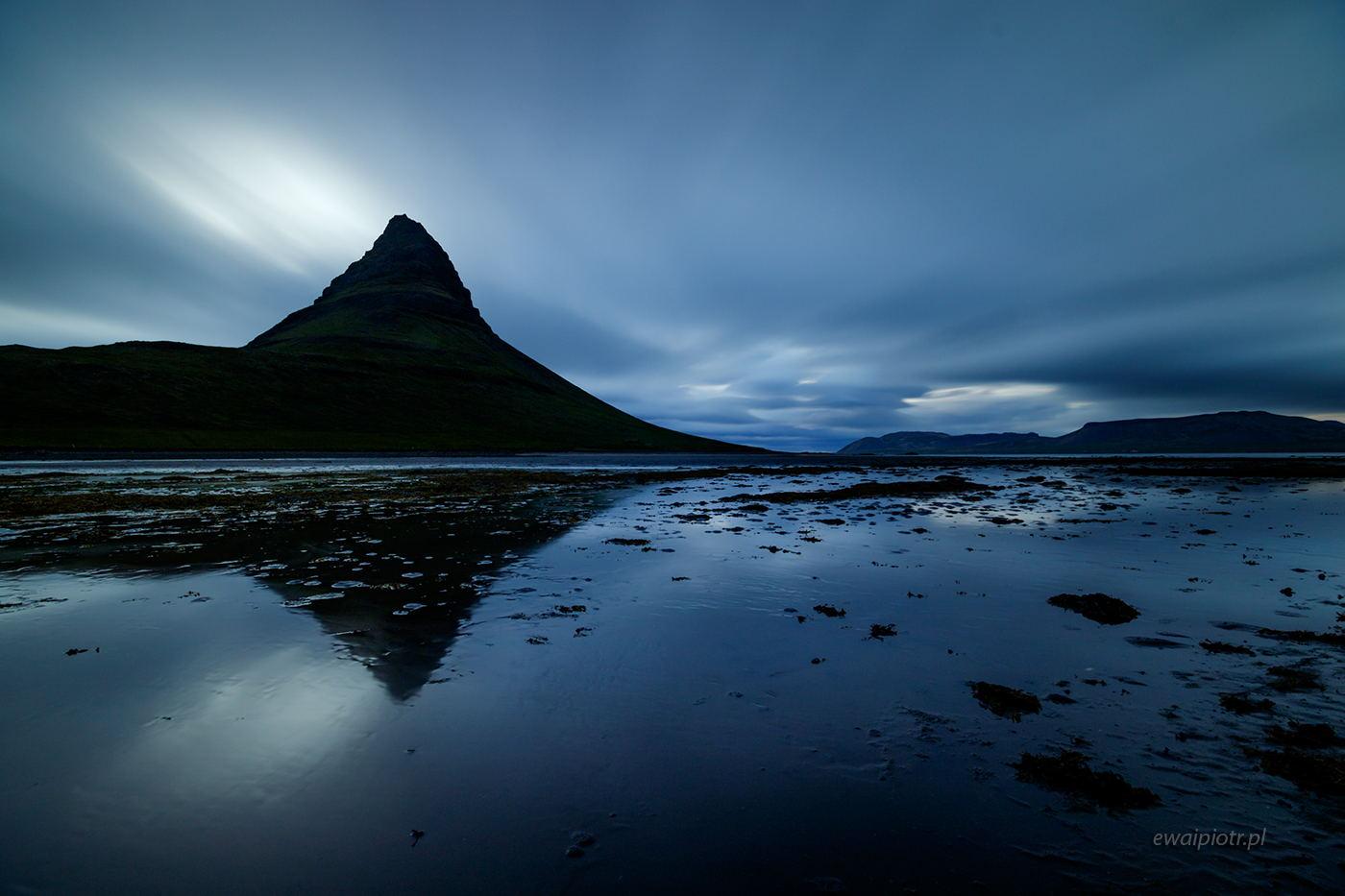 Kirkjufell i pędzące chmury, Islandia