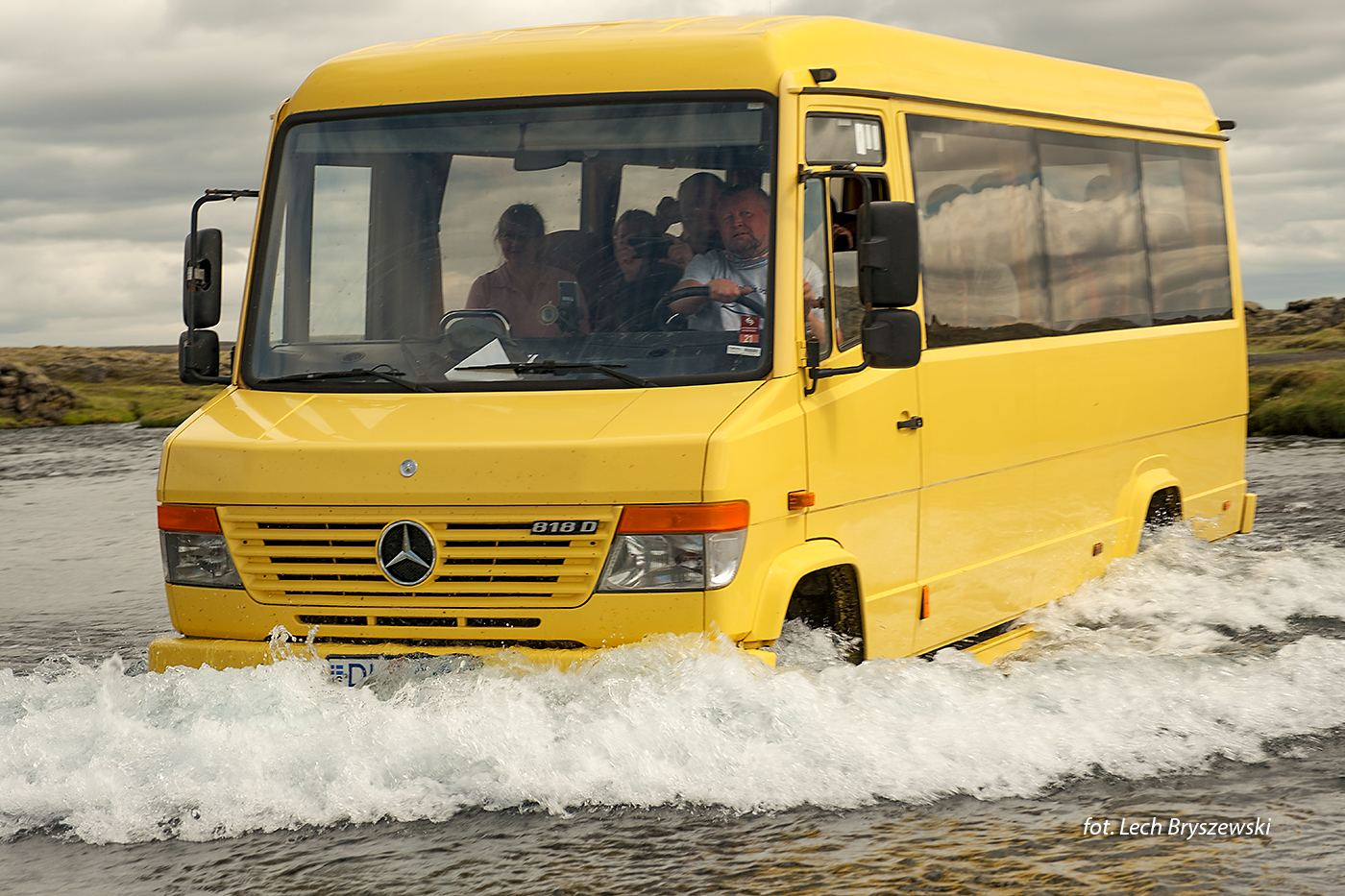 Autobus podczas forsowania rzeki, Islandia