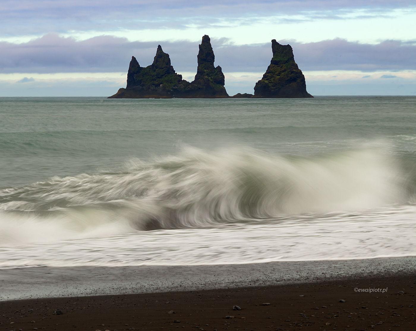 Zakręcona fala i skały Reynisdrangar, Islandia