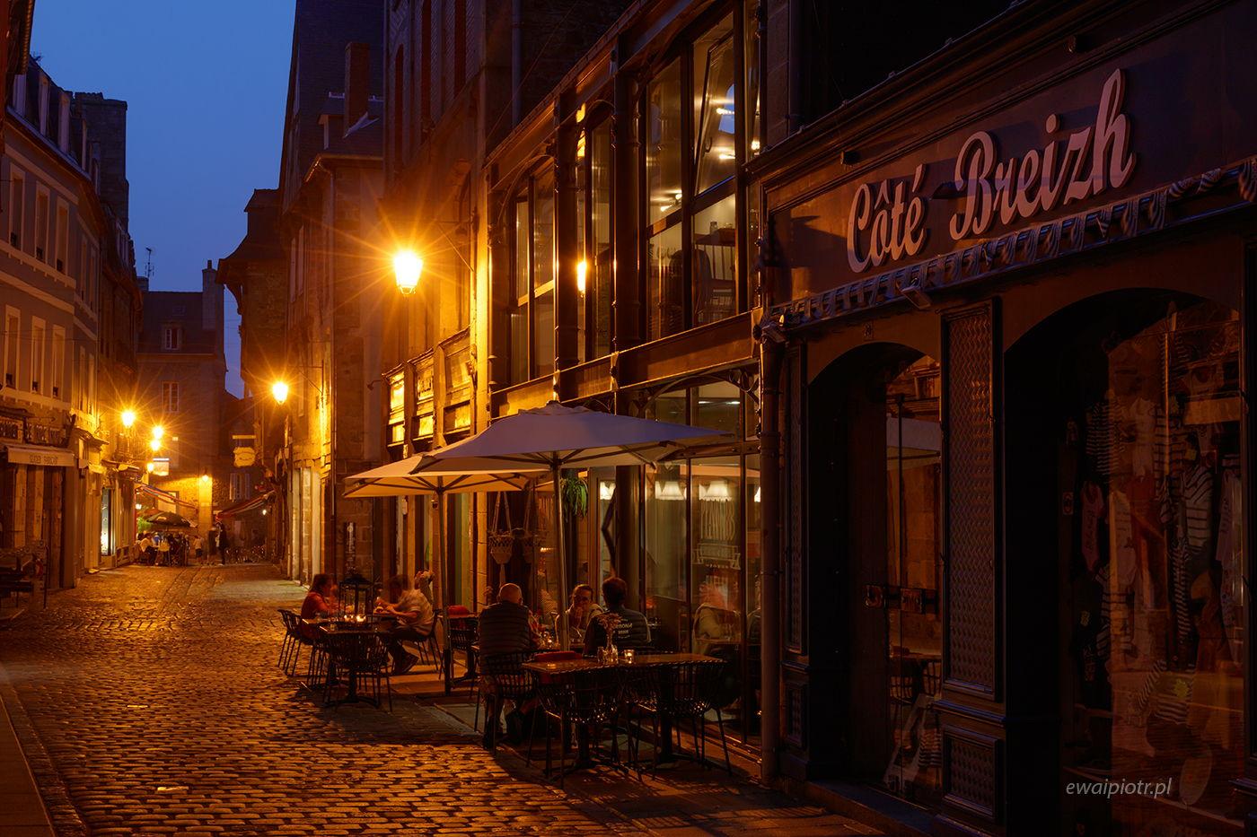 Wieczór w Dinan, Bretania, nocna fotografia miasta, warsztaty fotograficzne