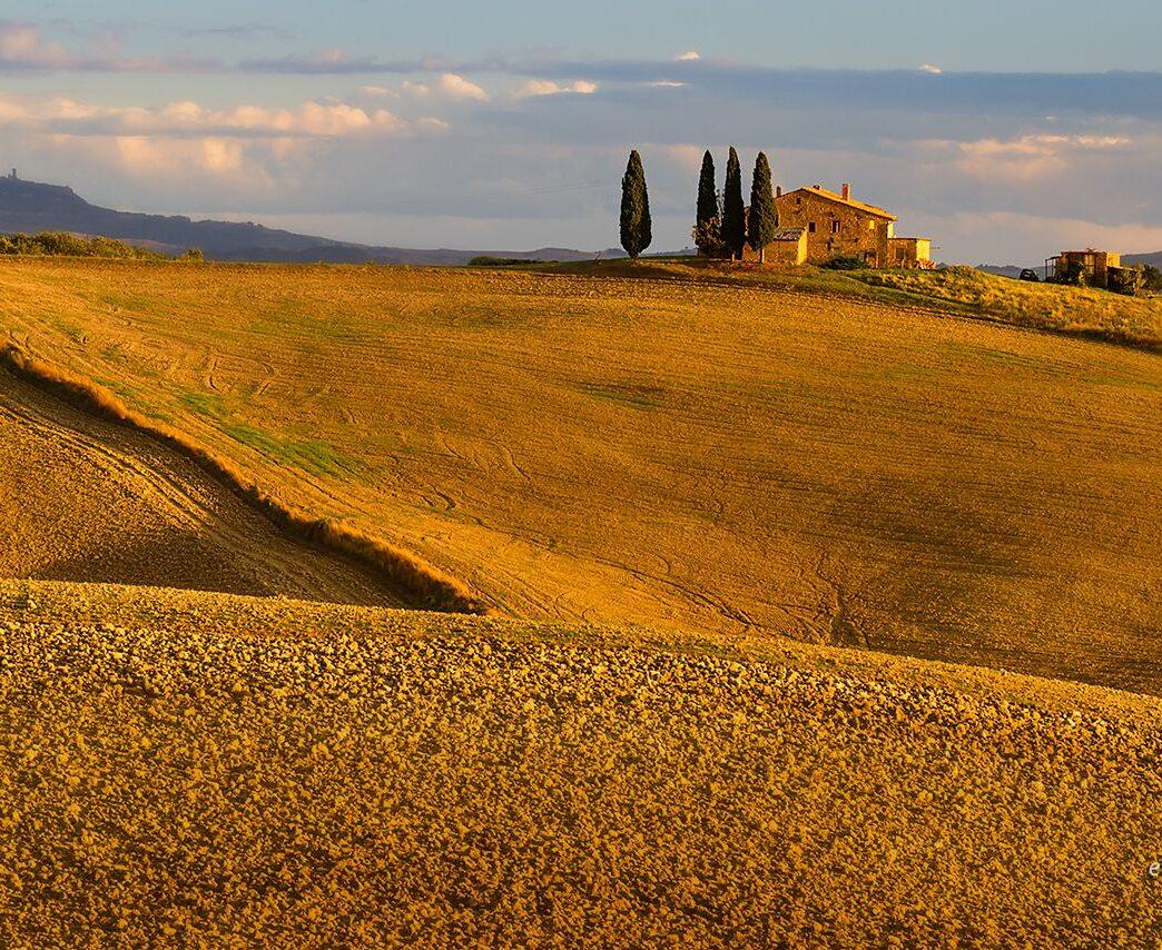 Jesienne pole i willa na wzgórzu, Toskania, fotowyprawa
