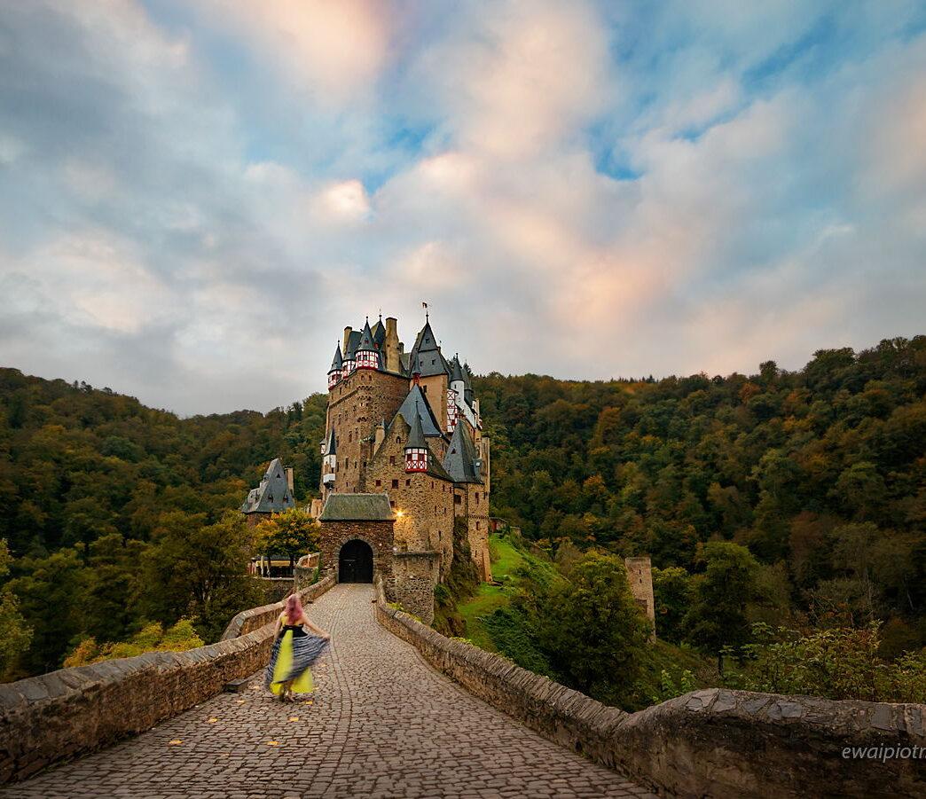 Wiedźma przed zamkiem Eltz, Złoto Renu, Mozela, zamek, taniec