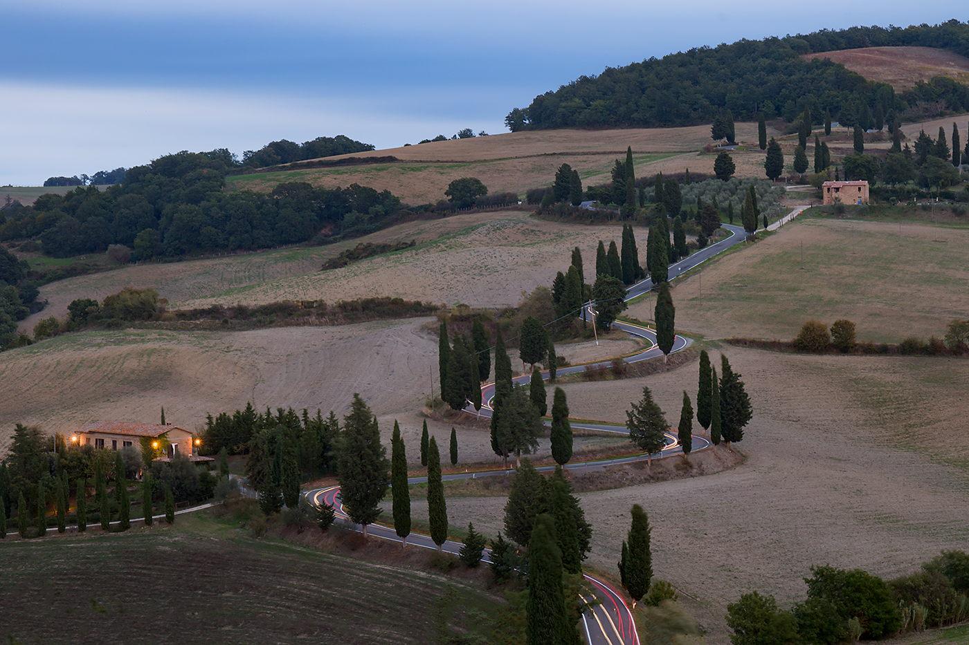 """Droga z filmu """"Pod słońcem Toskanii"""" wieczorem, Toskania, jak fotografować smugi świateł samochodów"""