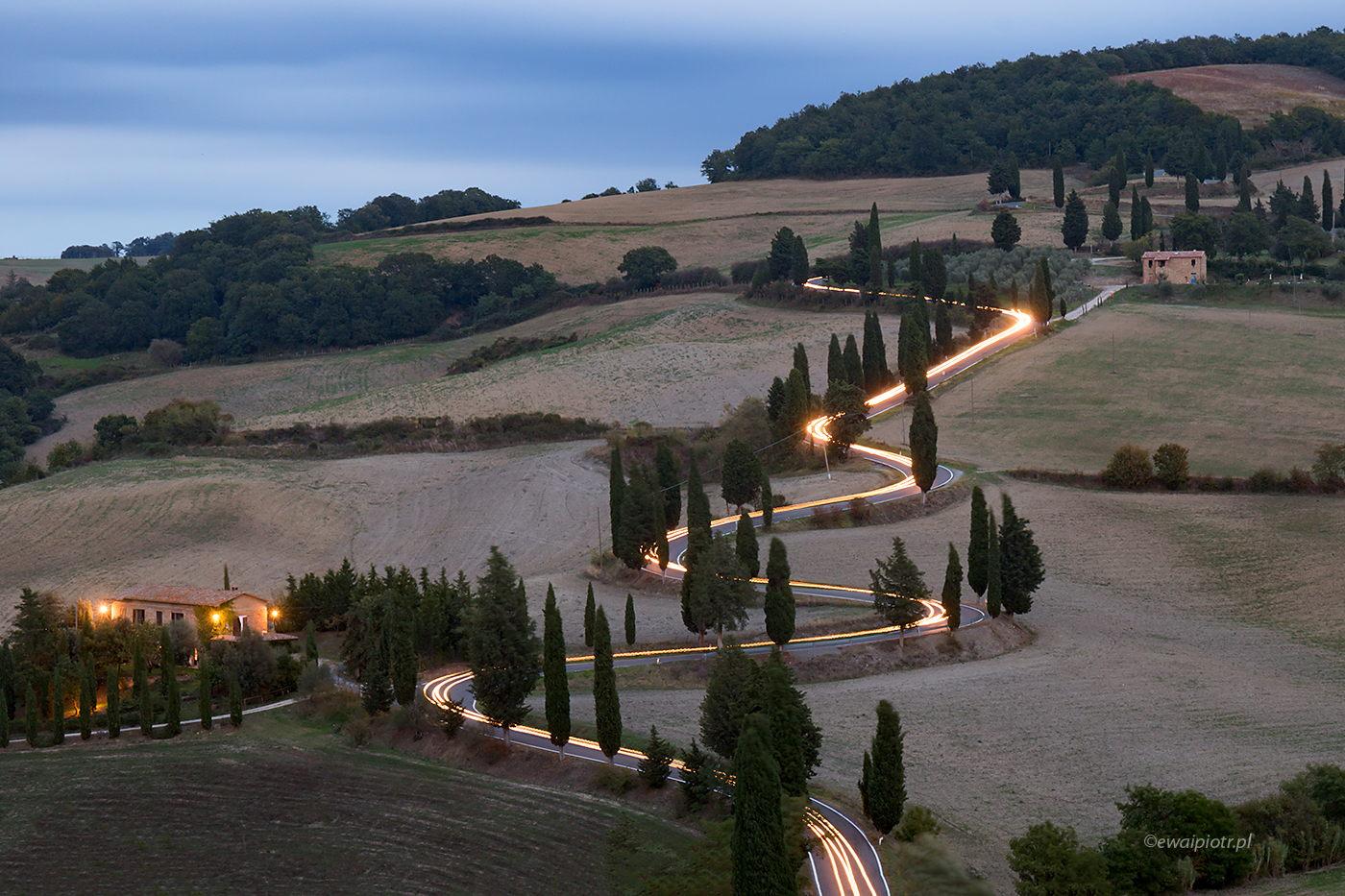 Smugi świateł, Toskania, fotografia nocna, jak fotografować