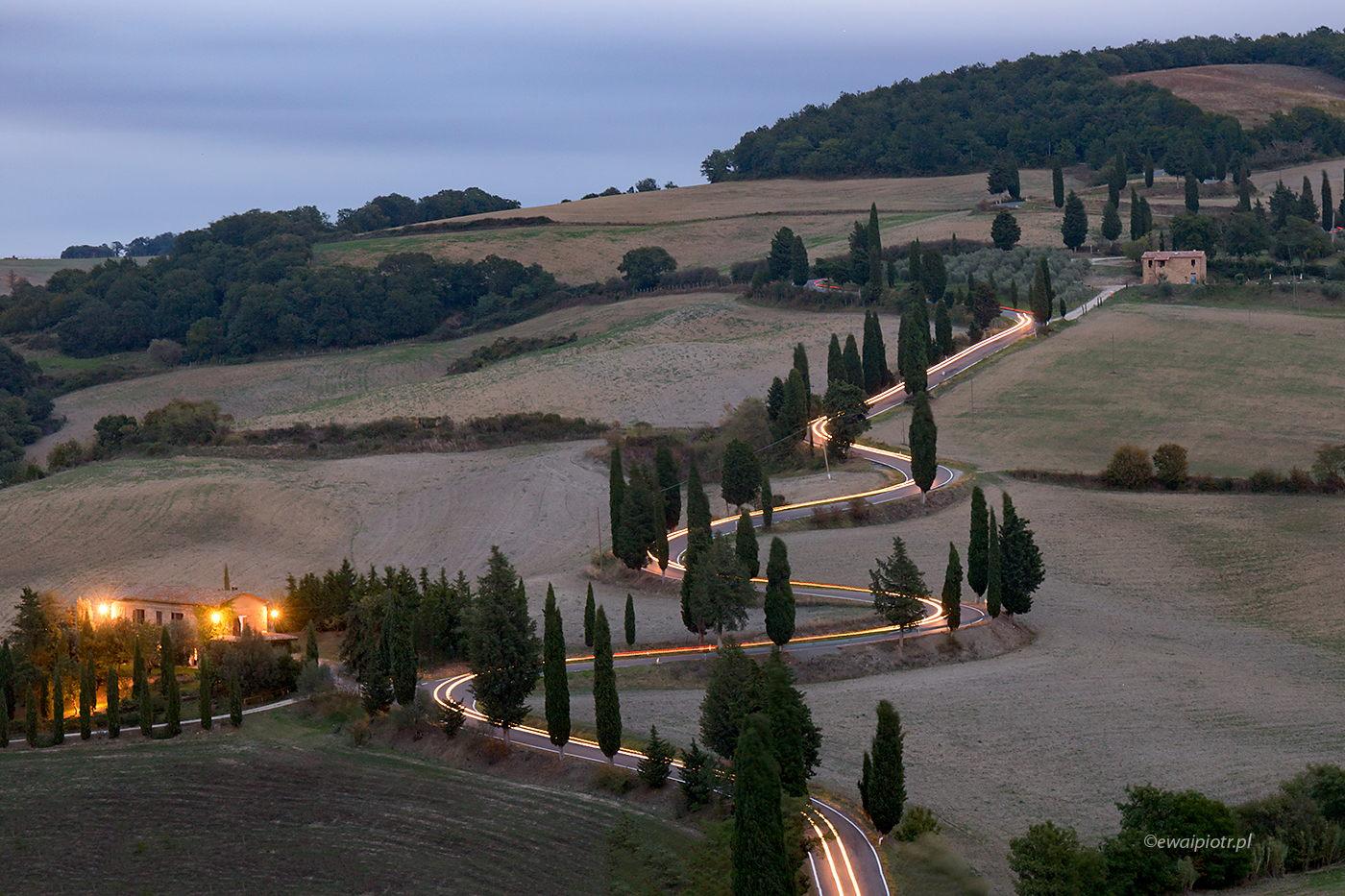 Zygzak wśród cyprysów po zmierzchu, Toskania, długa ekspozycja, jak fotografować smugi świateł samochodów