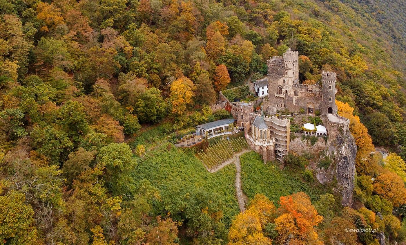 Zamek Rheinstein jesienią, z drona, Mavic Mini