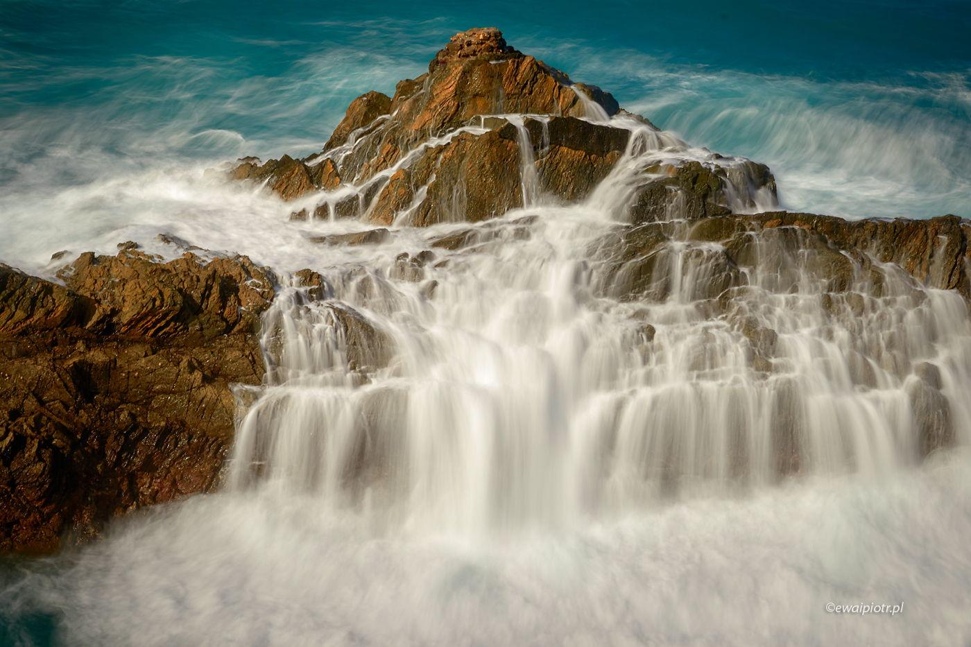 Morski wodospad na Wyspach Kanaryjskich