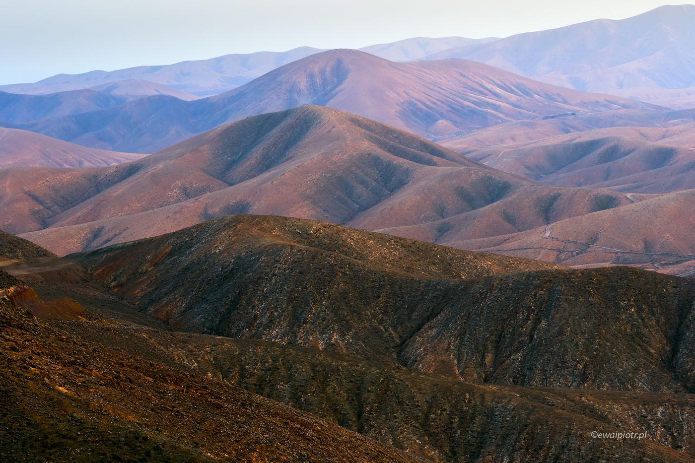 Wzgórza Fuerteventury o poranku, Wyspy Kanaryjskie