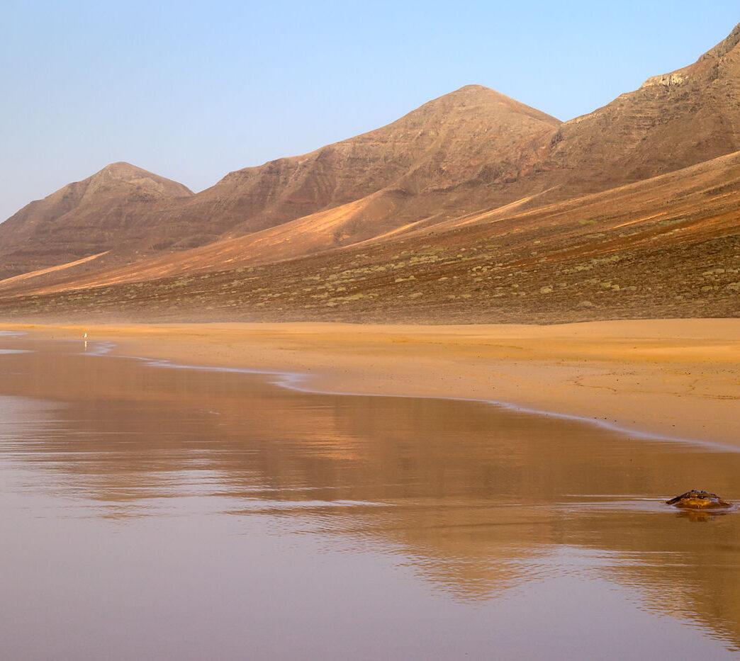 Plaża Cofete, Fuerteventura, Wyspy Kanaryjskie, odbicie gór w wodzie