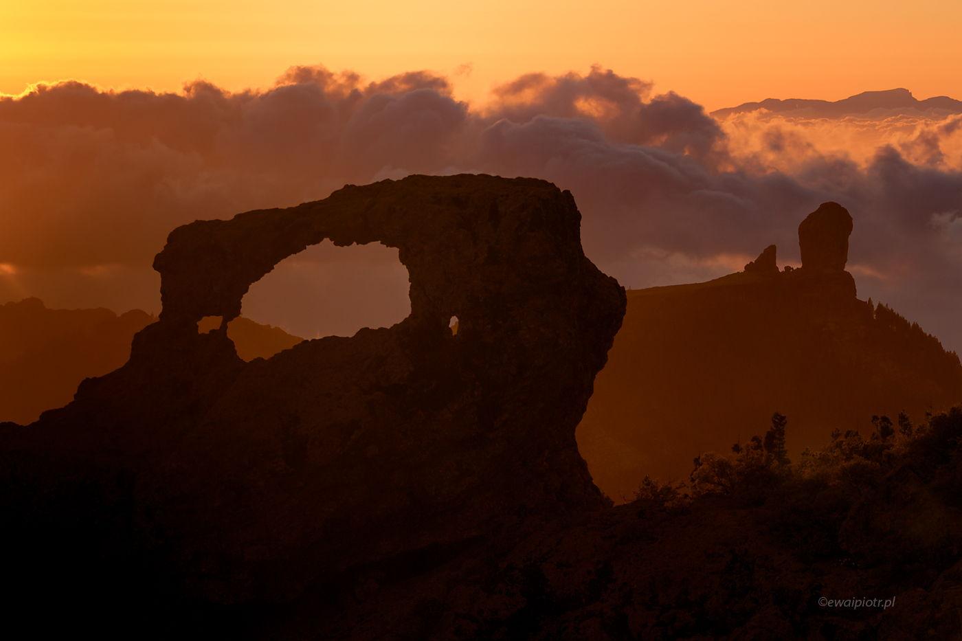 Roque Nublo przez skalny łuk, Gran Canaria, Wyspy Kanaryjskie