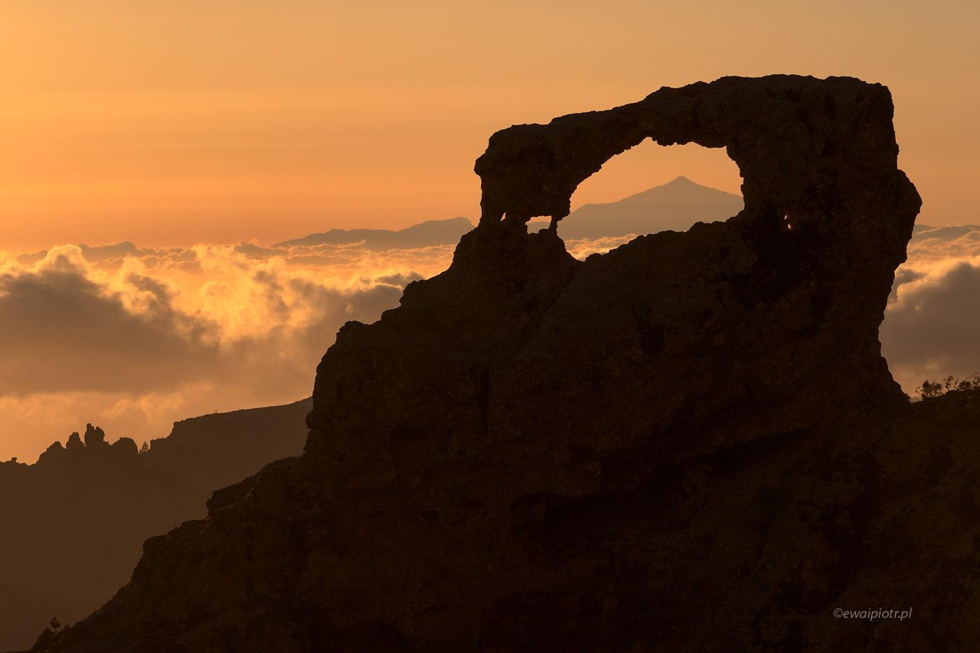 Wulkan Teide przez łuk skalny na Gran Canaria, Wyspy Kanaryjskie