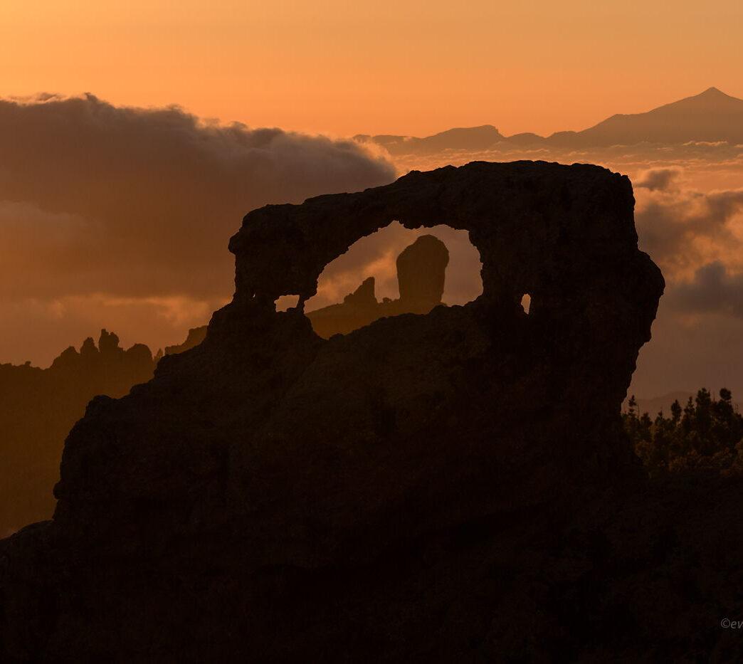Roque Nublo przez łuk skalny, Gran Canaria, Wyspy Kanaryjskie, perspektywa w fotografii