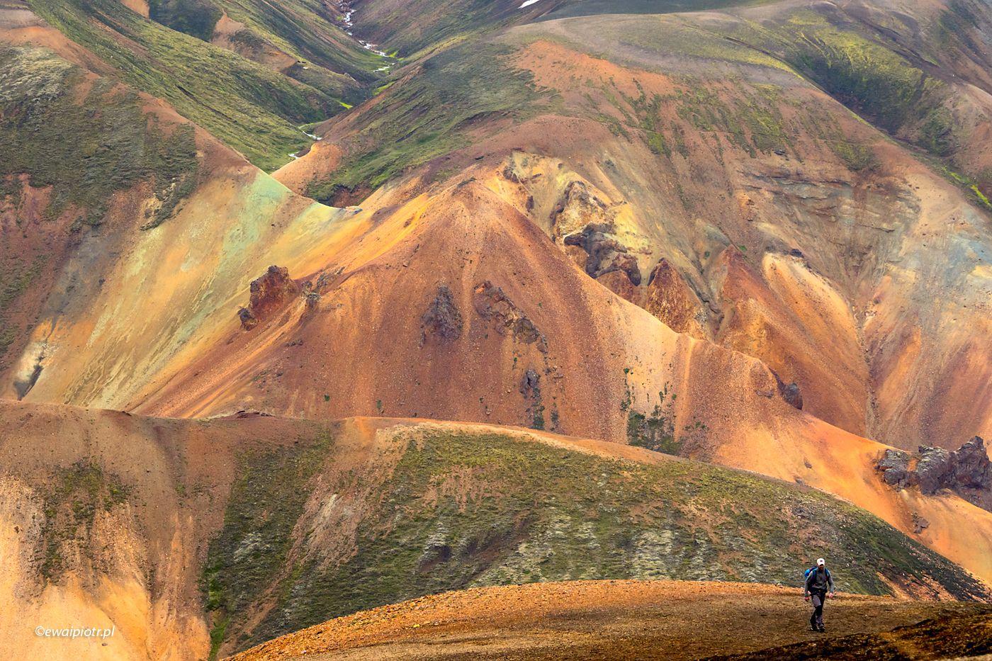 Kolorowe wzgórza Landmannalaugar, Islandia, szczepienia a kwaratanna przy wjeździe