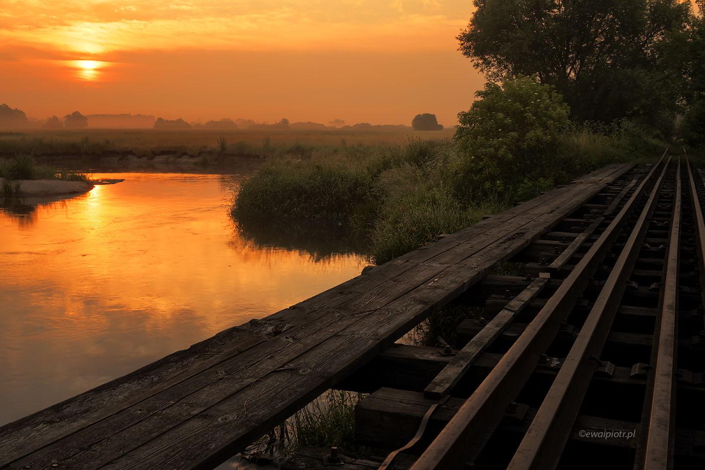 Most na Nidzie, Świętokrzyskie, wschód słońca, most kolejowy