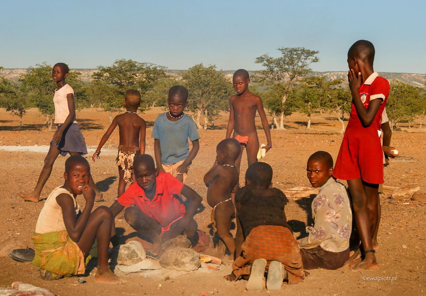 Młodzież Himba, styl zachodni. Namibia
