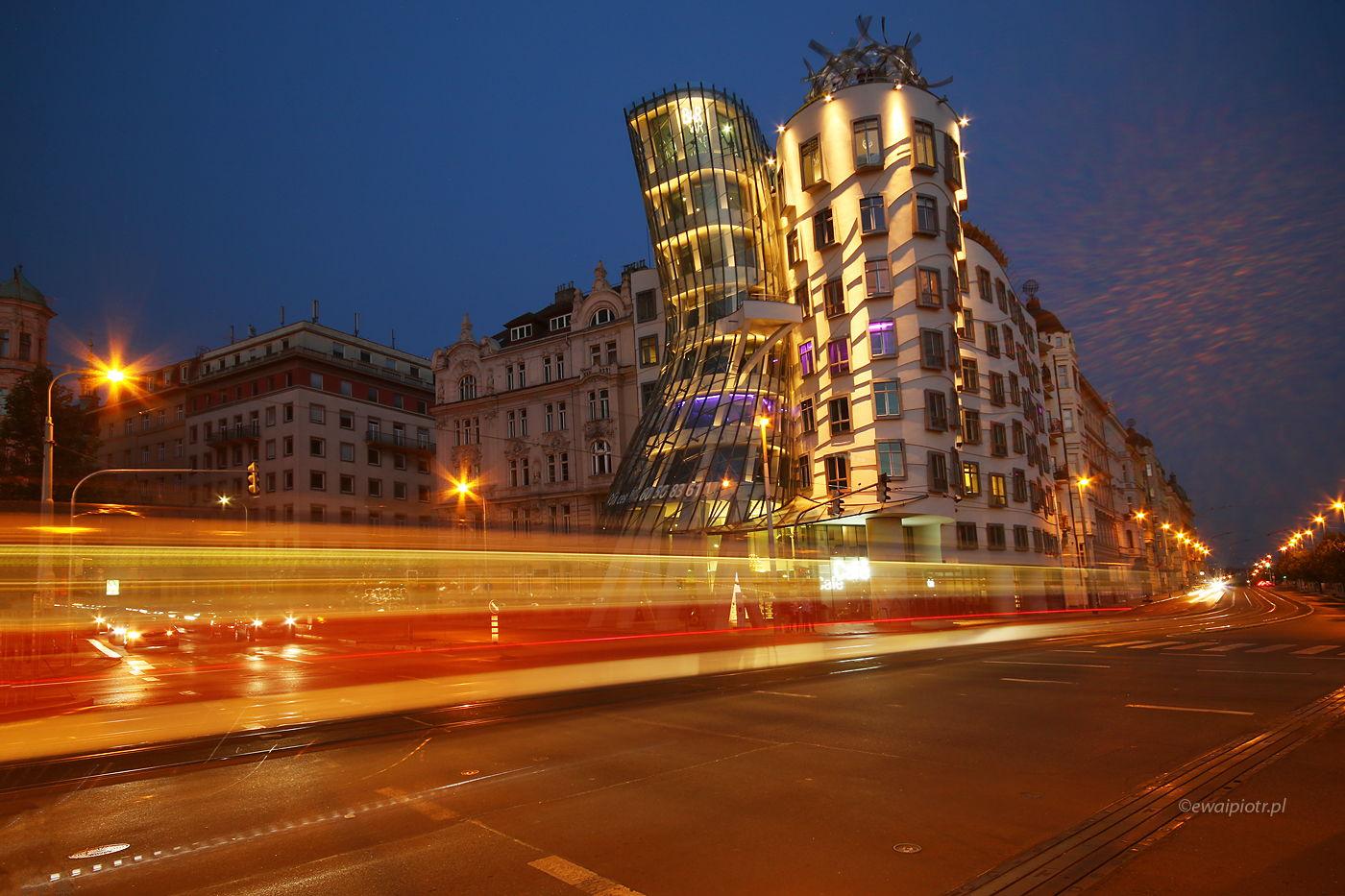 Tańczący Dom, Praga, długa ekspozycja, smugi świateł