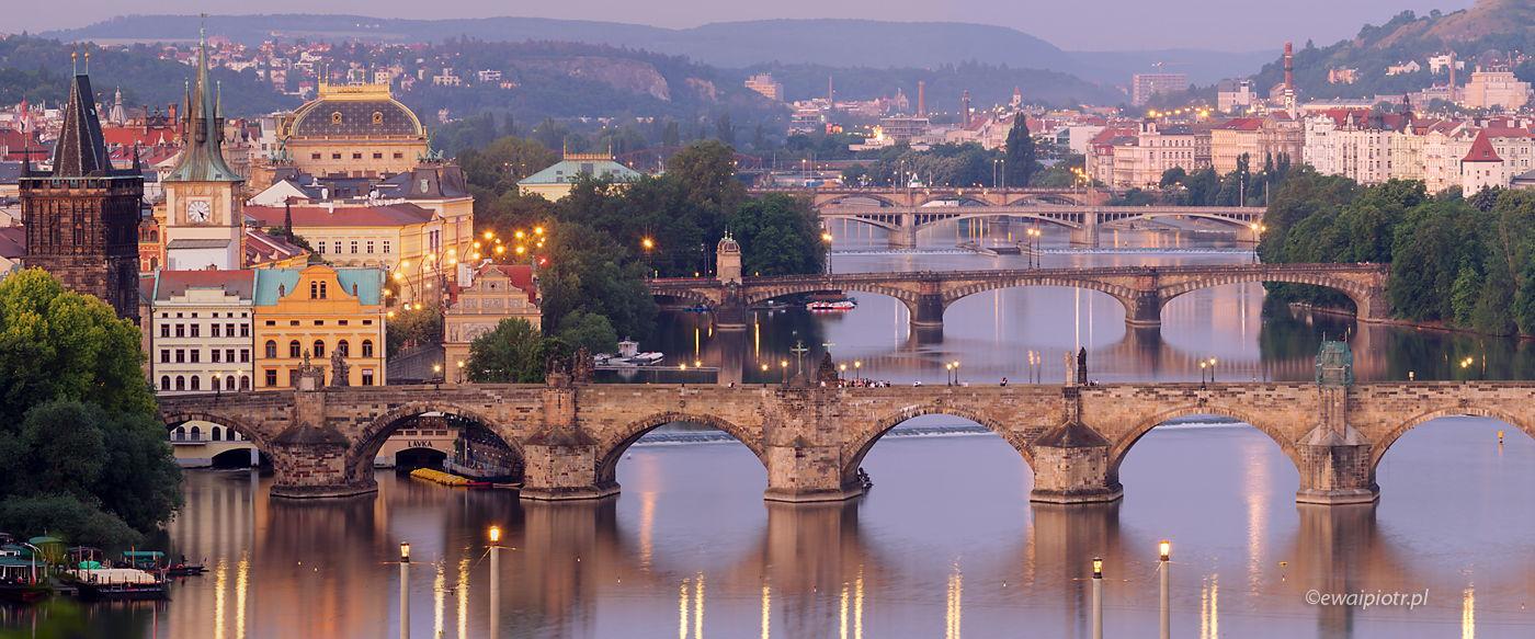 Mosty Pragi o poranku