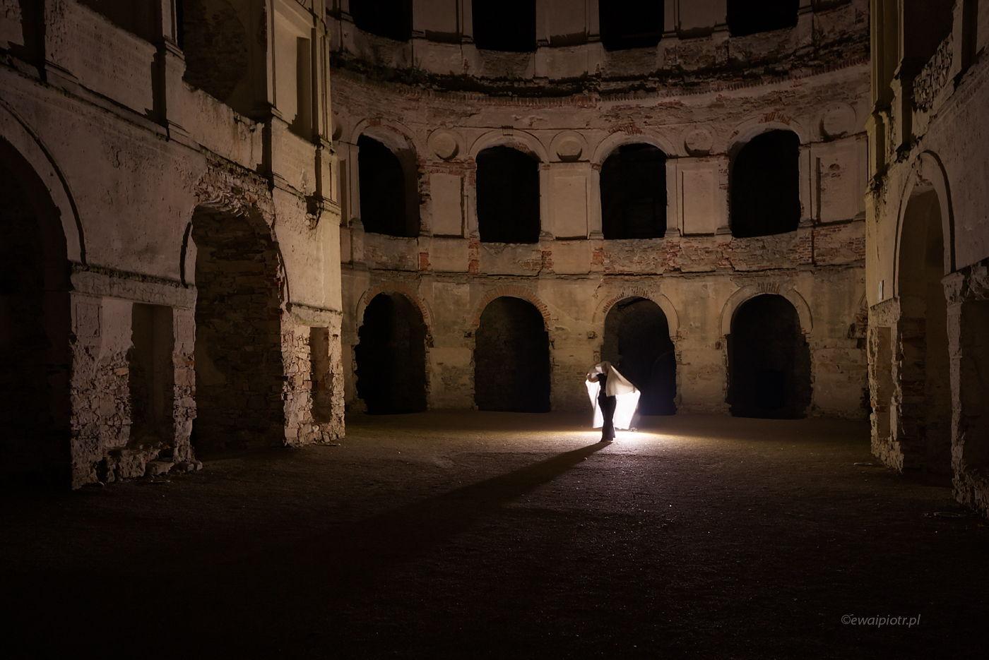 Duch z zamku Krzyżtopór, Świętokrzyskie, nocna fotografia