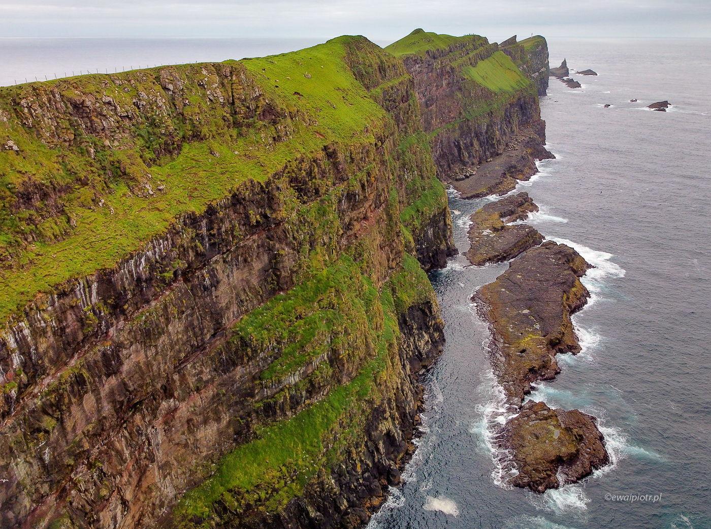 Dron nad Wyspami Owczymi, klif, wyspa Mykines, Faroe Islands