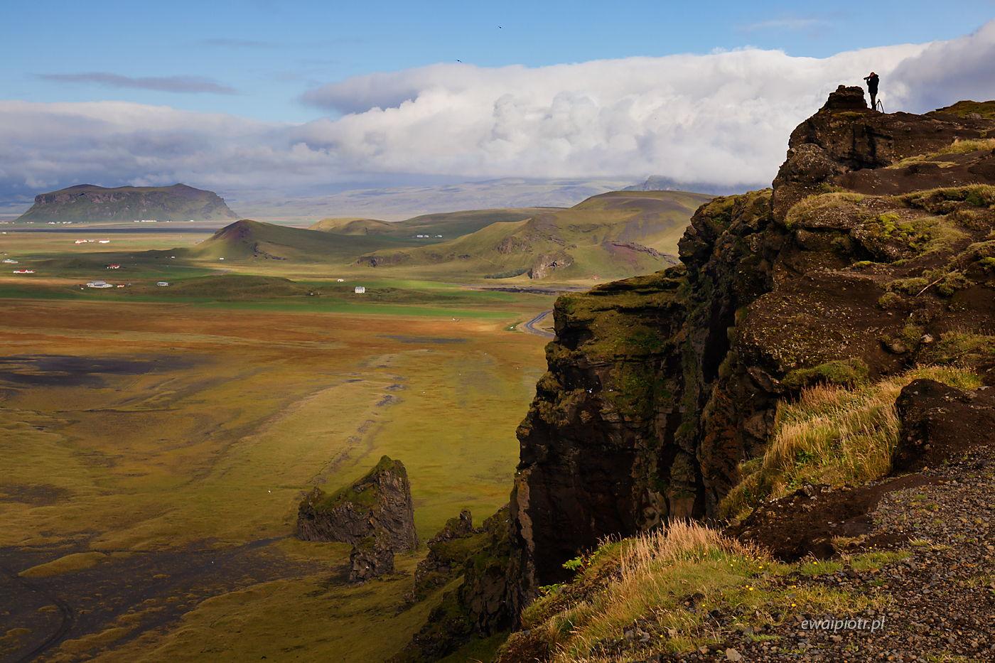 Fotograf na Dyrholaey, Islandia, człowiek w krajobrazie