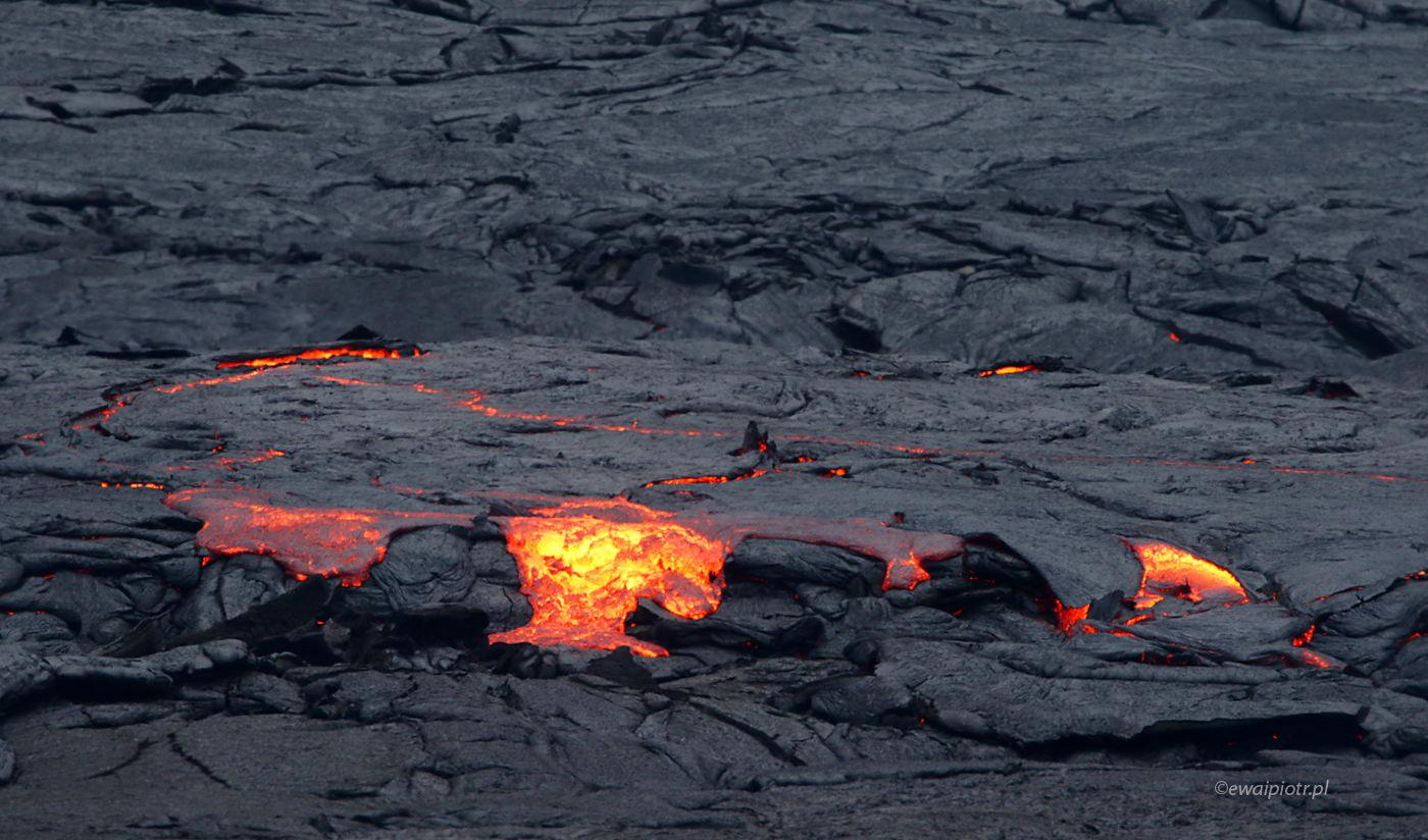 płonąca lawa z wulkanu Fagradalsfjall, Islandia