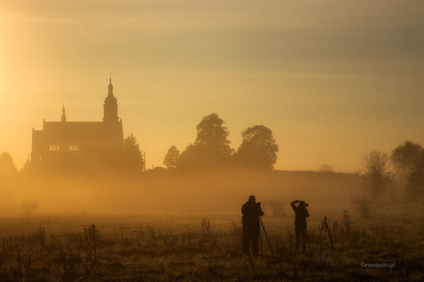 Wschód słońca w Kazimierzy Małej, Czarowne Świętokrzyskie, ludzie we mgle